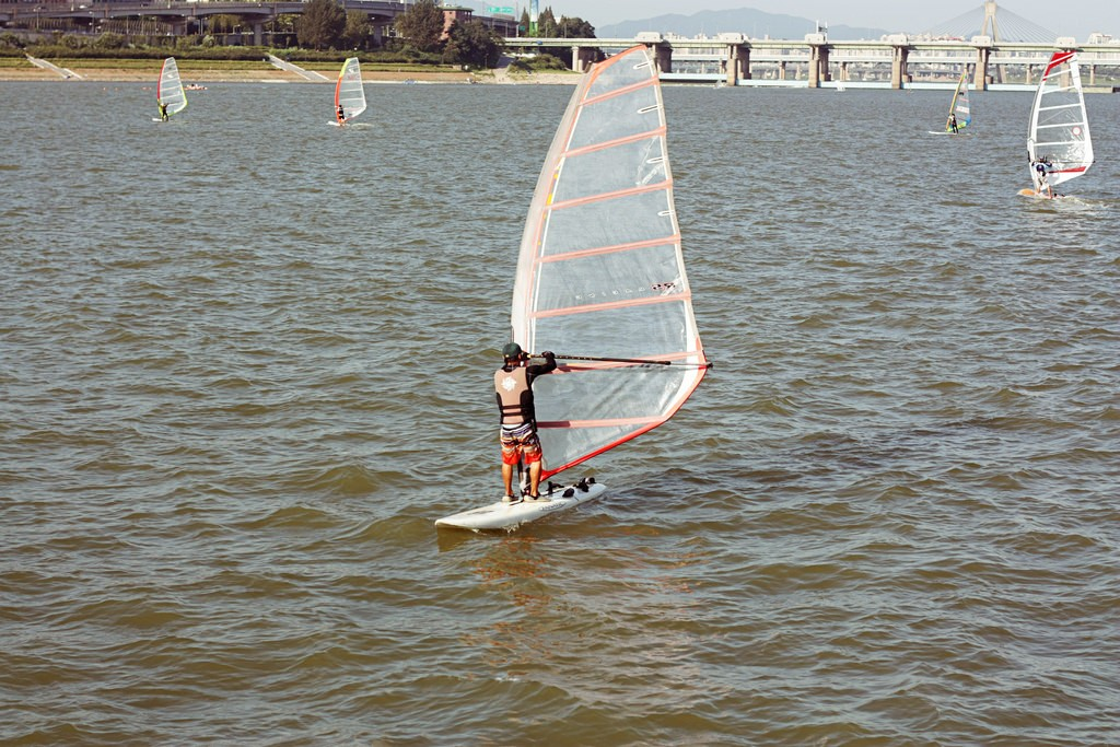 Windsurfing on the Han River | © Jonathan Tommy / Flickr