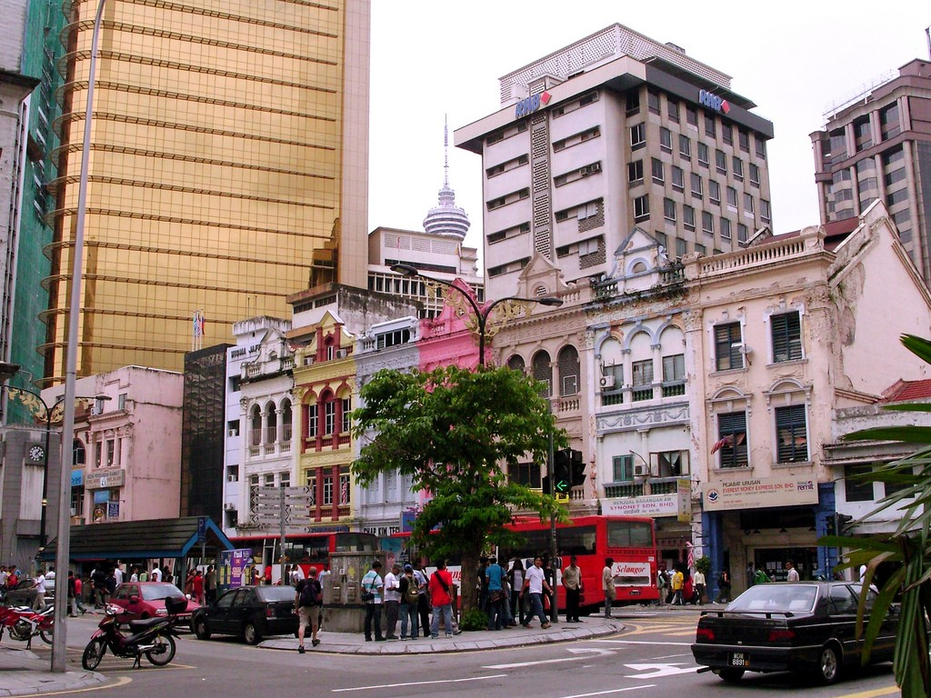 Old and New architecture meet in Chinatown | (c)Ania Mendrek / Flickr