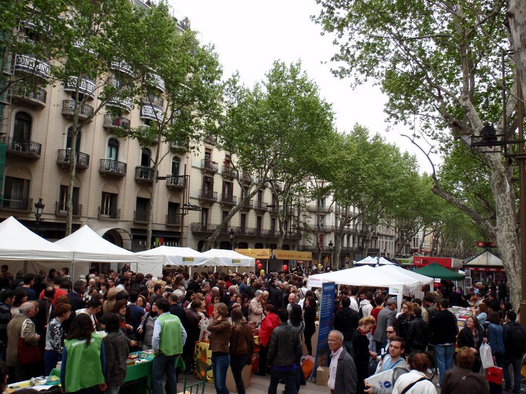 The Rambla on Sant Jordi's Day © Oh-Barcelona.com