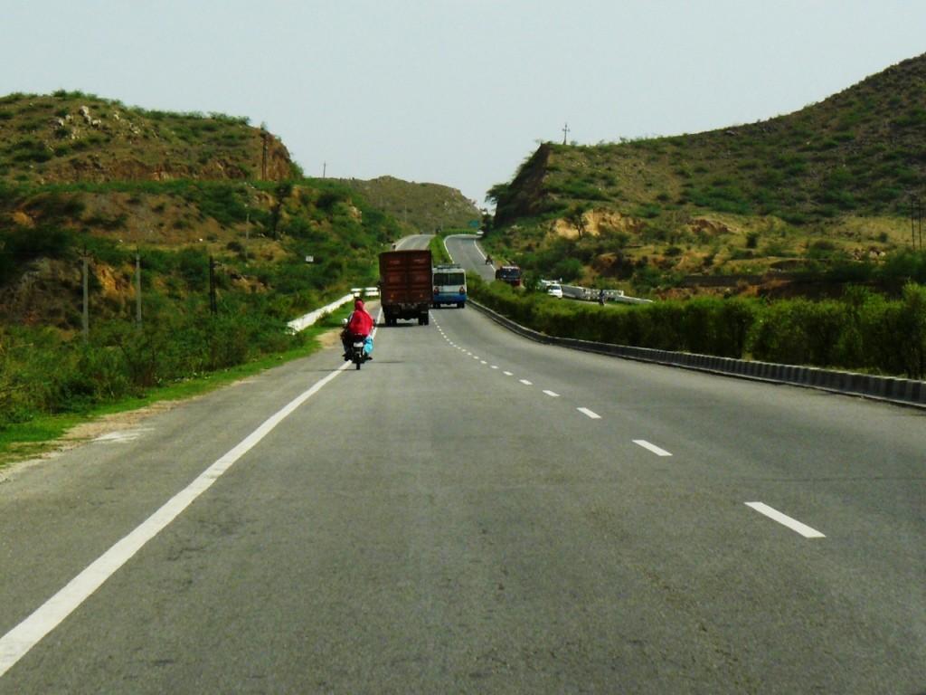 Hello weekend! (Jaipur-Delhi Highway)   ©Dinesh Bareja / Flickr