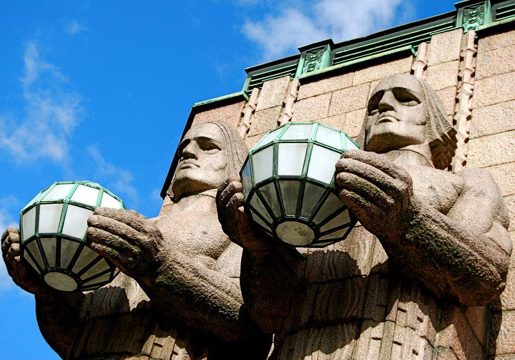 Part of the facade of Helsinki Central Station | © karendesuyo/Flickr