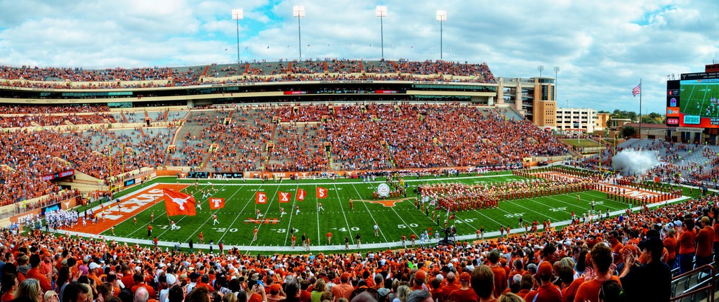 Texas Longhorns vs Florida Atlantic University | © Randall Chancellor / Flickr