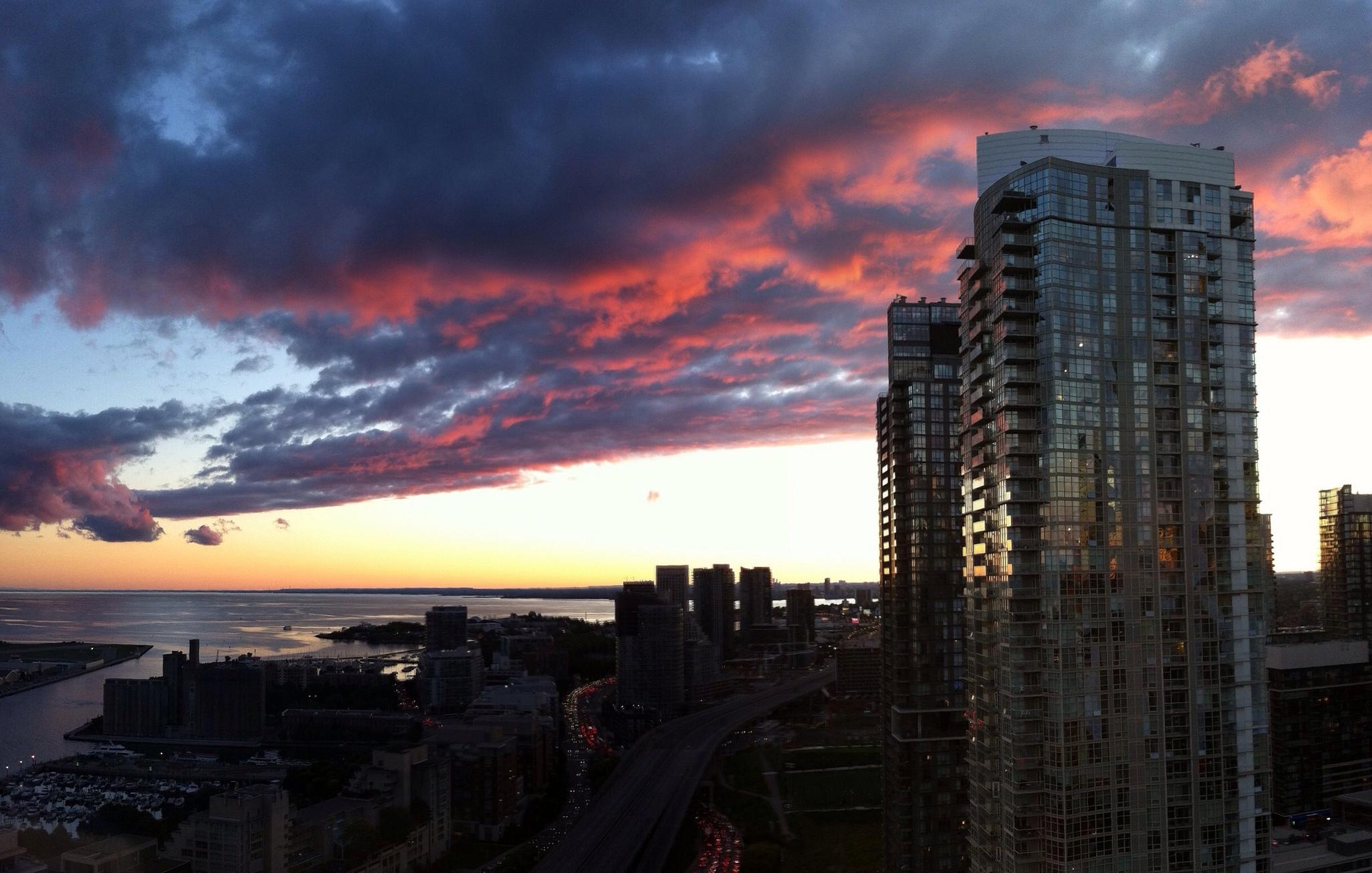 Sunset across condo towers in Toronto | © Andrew Rivett/ Flickr