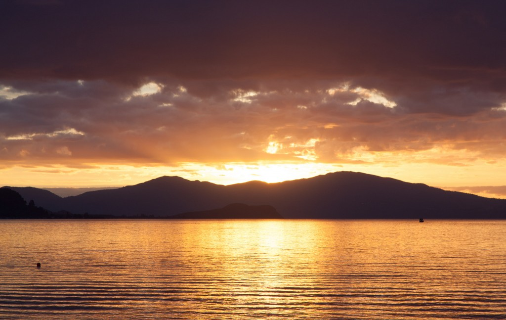 Lake Taupo Sunset | © russellstreet/Flickr