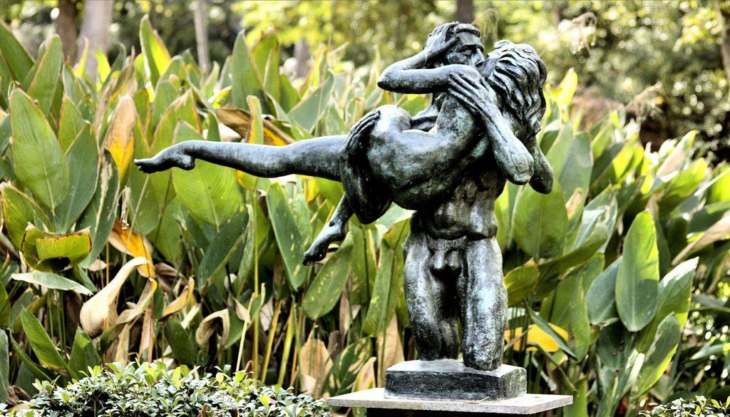 The Kiss by Charles Umlauf at the Umlauf Sculpture Garden | © Phil Roeder / Flickr