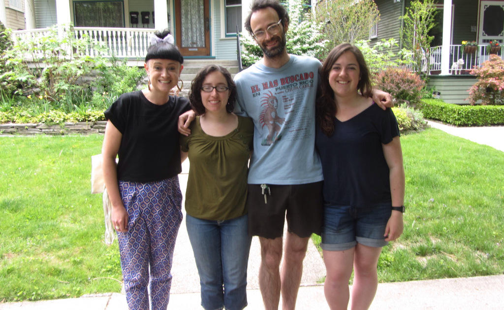 Lilly (far left) and Sarah (far right) at the end of their first week in America | © Pretenniless