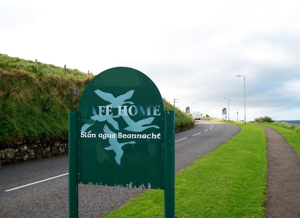 Slán agus Beannacht sign at the village of Ballintoy | © Eric Jones/Geograph