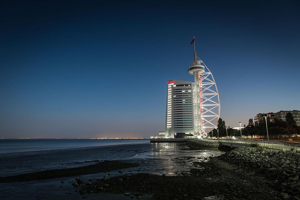Vasco da Gama Tower and Myriad Hotel © Paulo Valdivieso / Wikimedia Commons