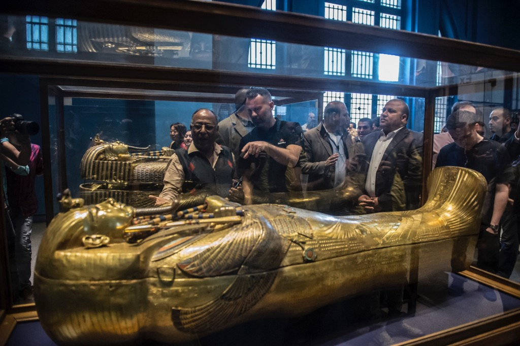 Ryan Giggs being shown around the Cairo Museum of Antiquities | © Getty Images