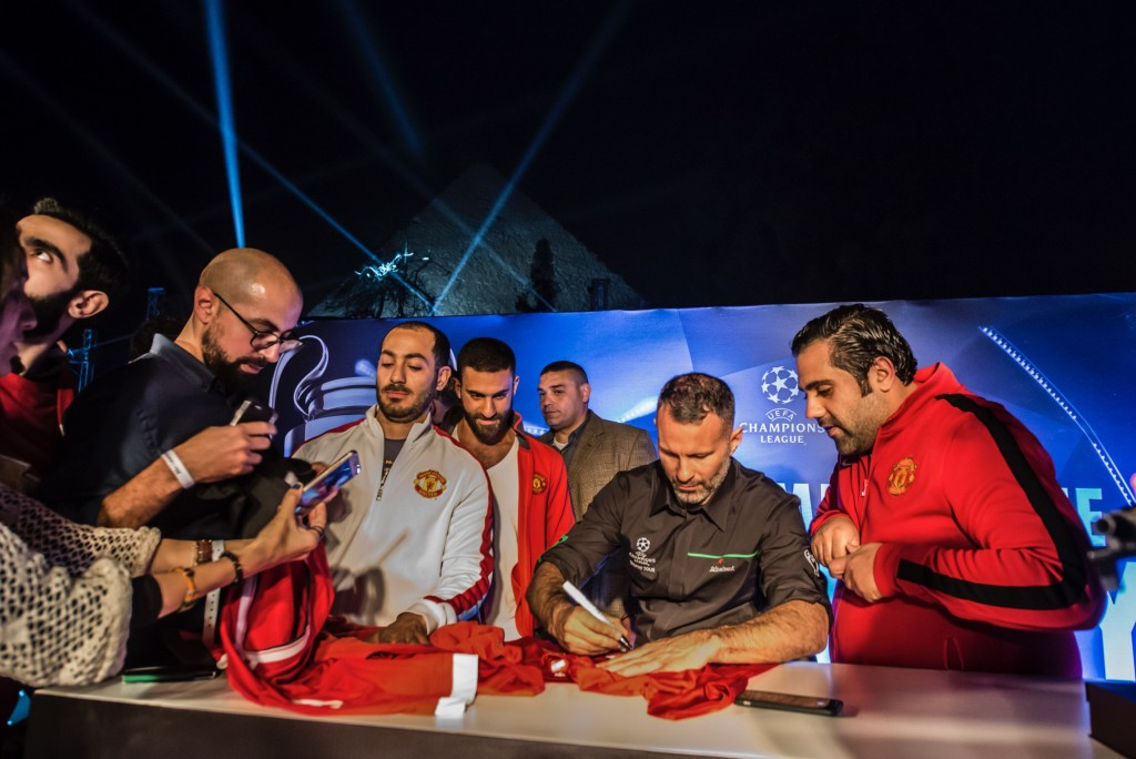 Fans with Ryan Giggs at the Heineken Champions League Trophy Tour. | © Getty Images