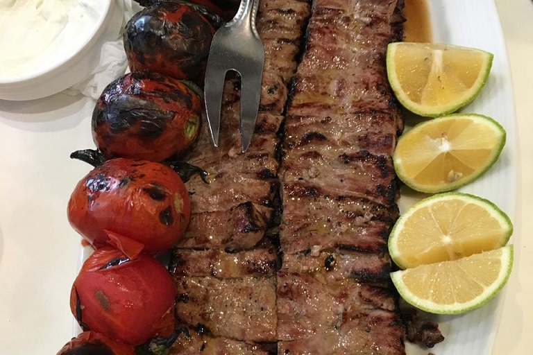 Barg kabob served with grilled tomatoes   © Rye-96 / Wikimedia Commons