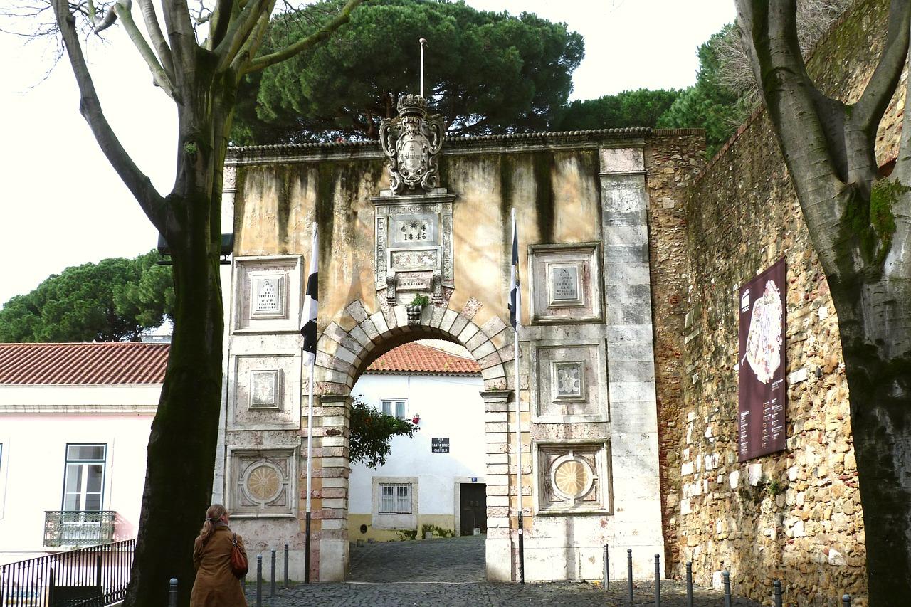 An archway at the Castelo de São Jorge © Pixabay