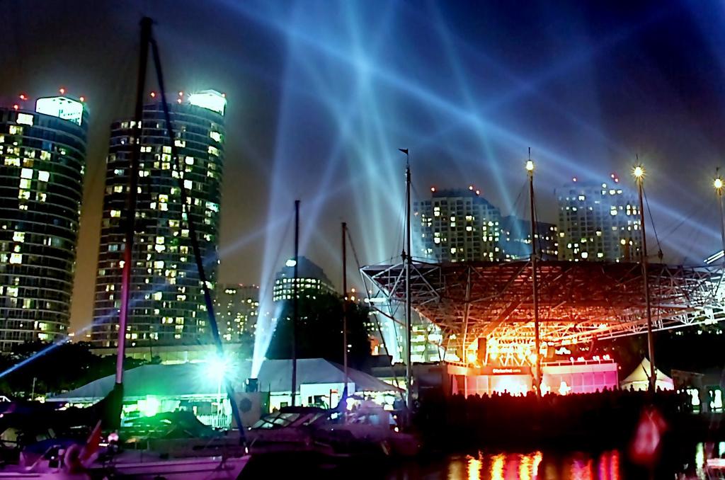 Pulse Front installation at Toronto Harbourfront by Mexican-Canadian artist Rafael Lozano-Hemmer, Luminato 2007 | © Bahman/ Flickr
