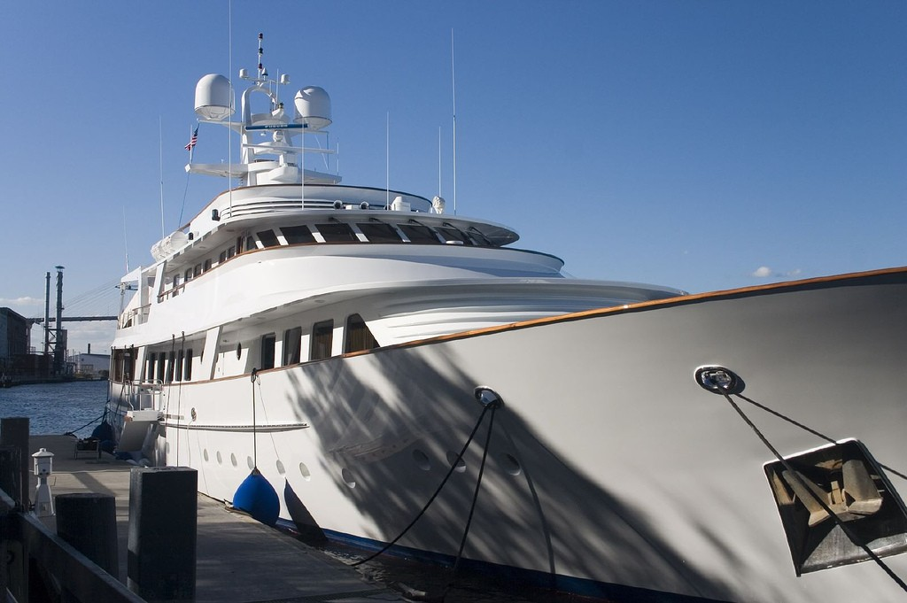 Luxury Yacht | © Jon Worth/Flickr