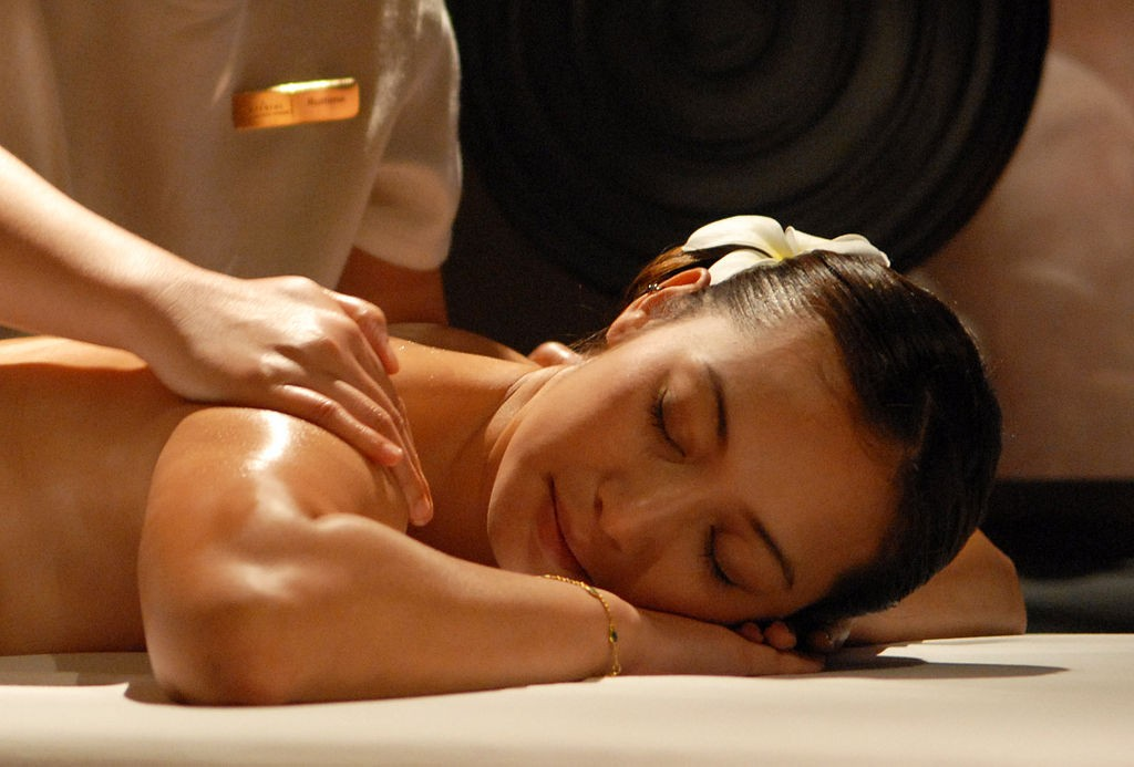 massage at a spa | © IQP/Wikimedia Commons