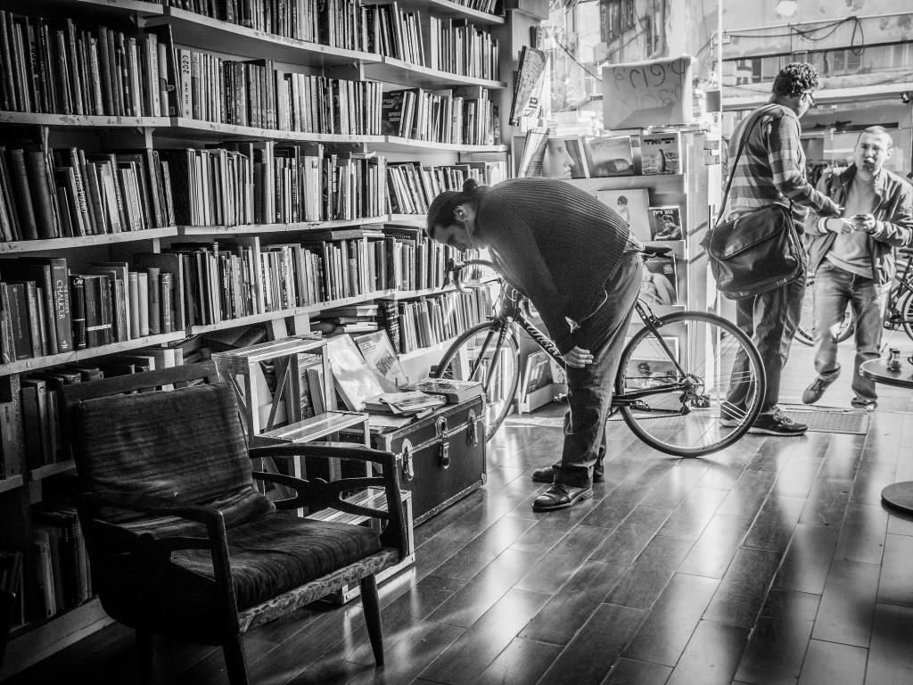 Men at a bookstore   © plofiz/ Flickr
