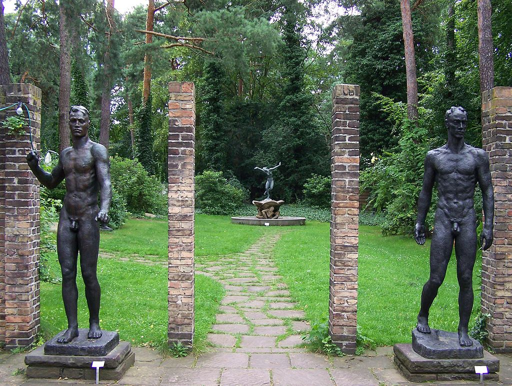 Statues in the garden of the Kolbe Museum | © Uwe Thobae/Wikimedia Commons
