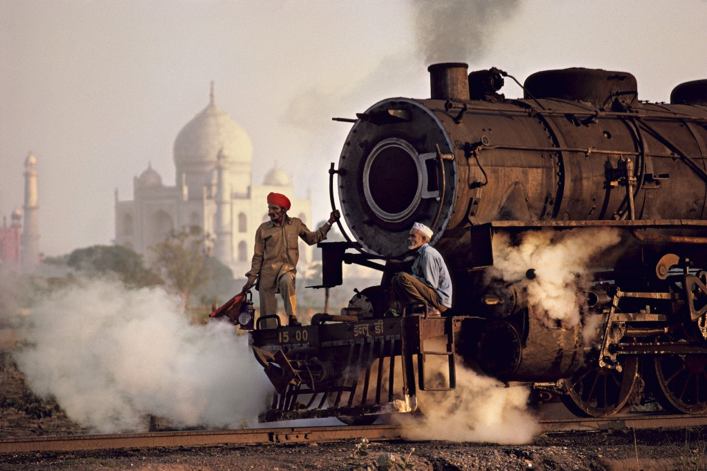 Taj and train, India, Agra, 1983 | © Steve McCurry / Magnum Photos