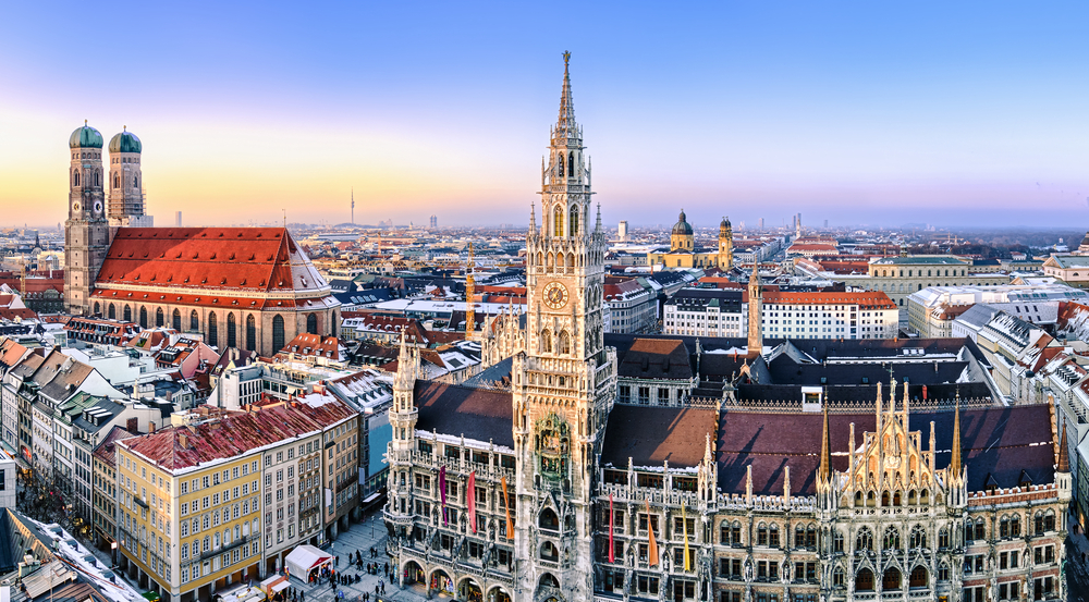 Panorama view of Munich city center showing the City Hall and the Frauenkirche | © Mapics/Shutterstock
