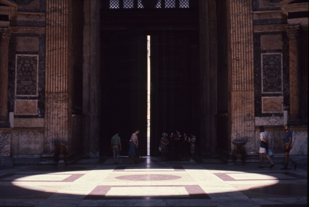 A disc of light from the oculus displayed on the Pantheon's marble floor, circa 1975 | © Frank Baker Holmes