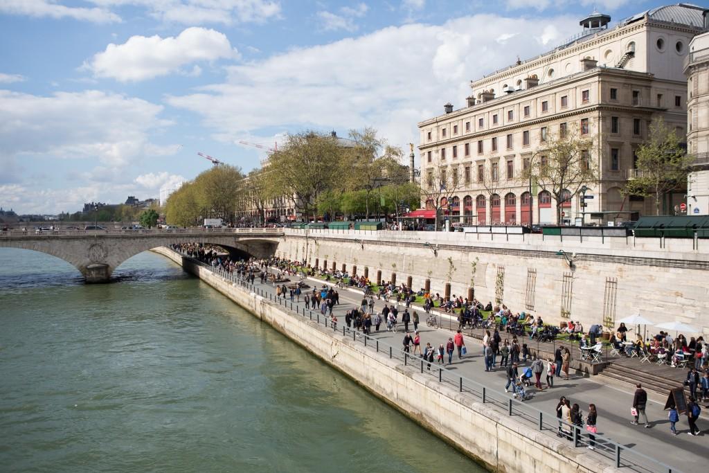 Parisians and tourists at the Parc Rives de Seine │© Jean-Baptiste Gurliat / Mairie de Paris