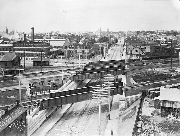 Looking west along Queen Street into Parkdale, from the railroad bridge at Dufferin Street, 1898 | Public Domain/ WikiCommons