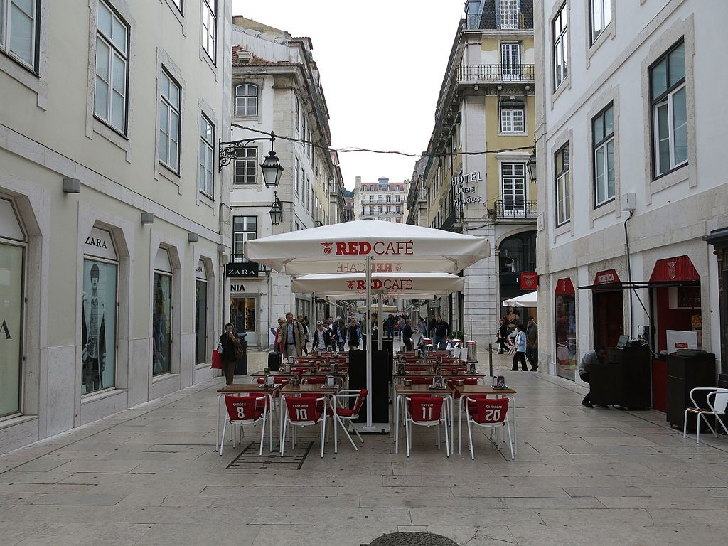 One of Lisbon's many cafés with terrace seating © Swissbert / Wikimedia Commons