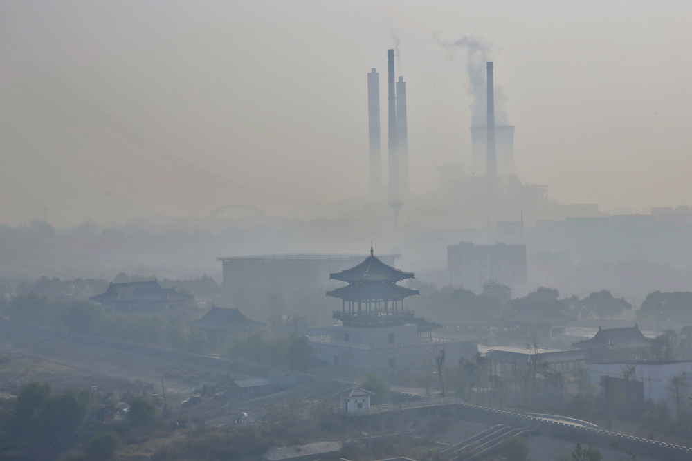 Severe fog and haze, power plants are the big chimney emissions along the Yangtze River in the eastern Chinese city of Jiujiang | © humphery/Shutterstock
