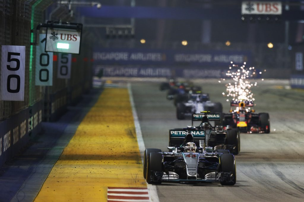 Marina Bay Circuit, Singapore, Sunday 20 September 2015. Lewis Hamilton, Mercedes F1 W06 Hybrid, leads Nico Rosberg, Mercedes F1 W06 Hybrid at the restart. | World Copyright: Steven Tee/LAT Photographic. ref: Digital Image _L4R1018