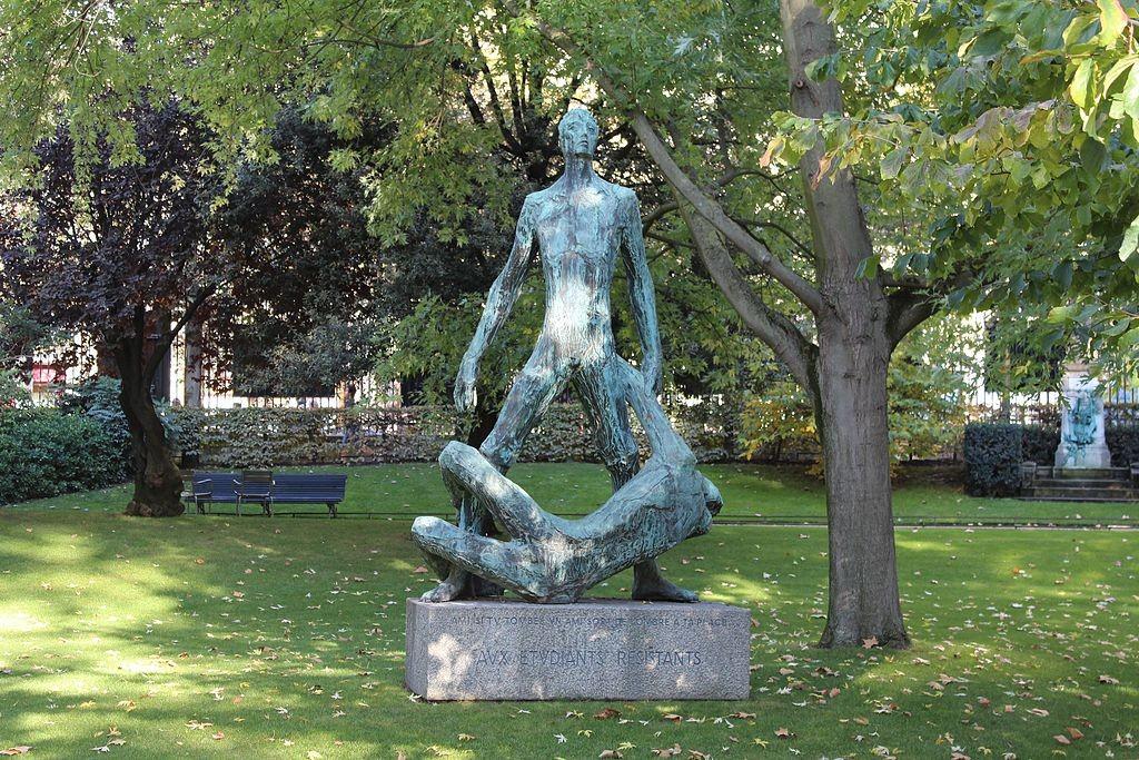 The étudiants résistants statue in the Jardin du Luxembourg │© Chabe01 / Wikimedia Commons
