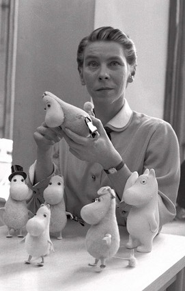 Tove Jansson and her Moomin figures/ Per Olav Jansson/ Wikicommons