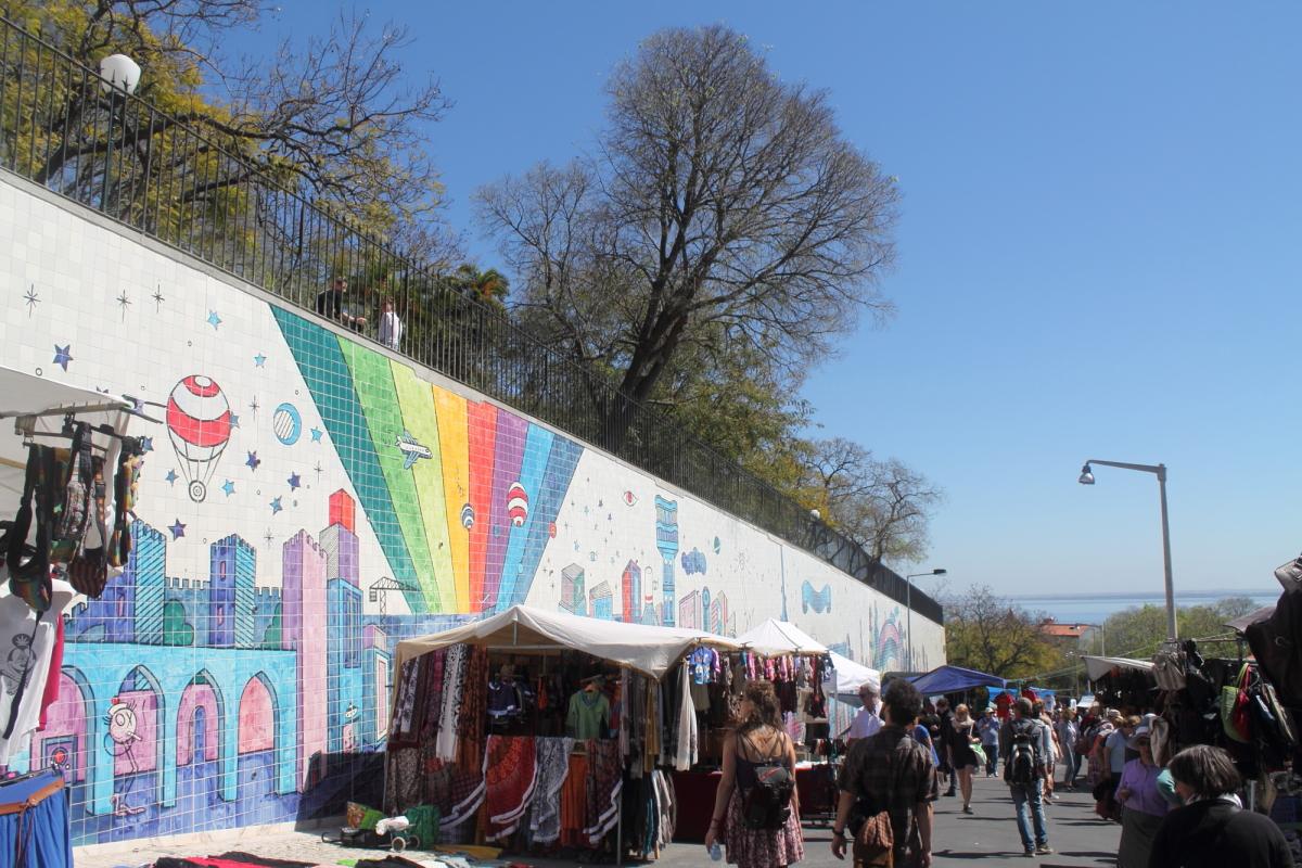 Passersby enjoy looking at the mural while walking through the Feira da Ladra © Nina Santos