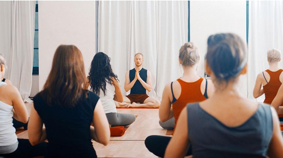 Victor leading a meditation | Courtesy Yogafürdich
