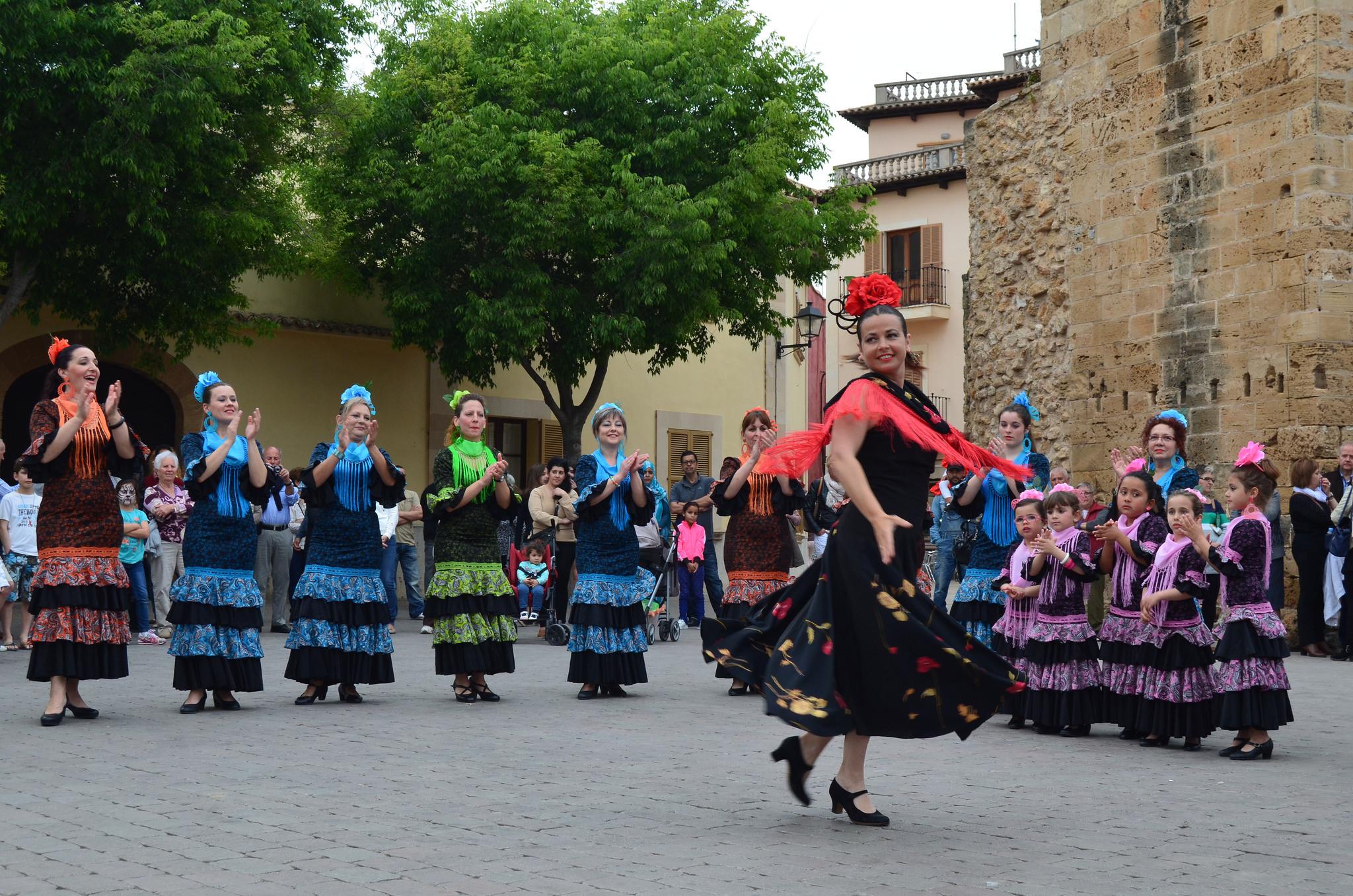 A Sevillana performance outdoors © Morfheos