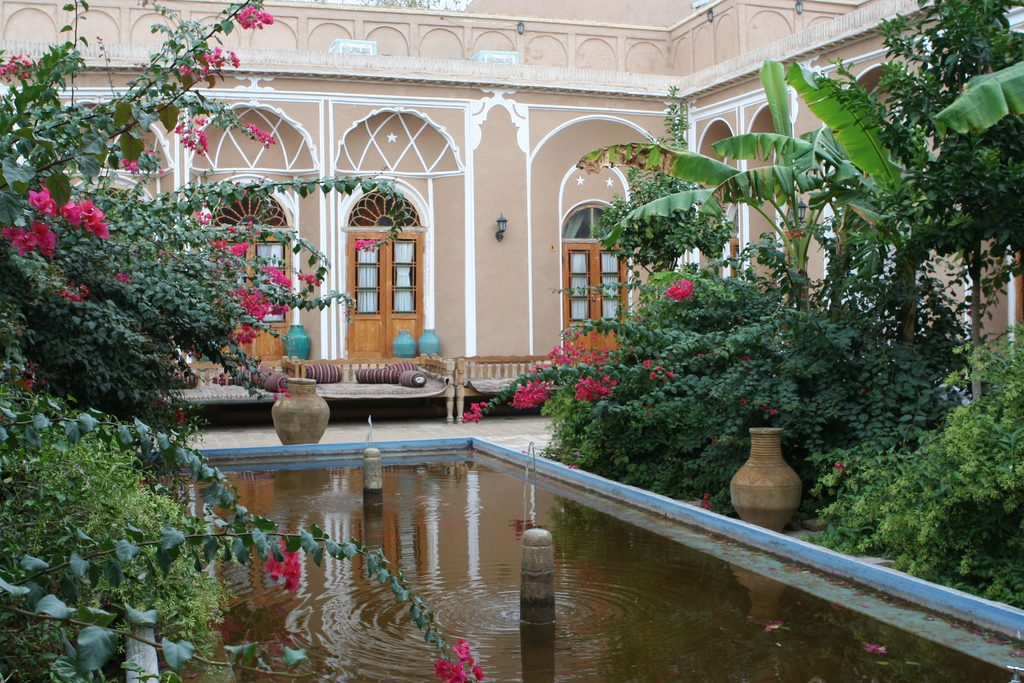 The peaceful courtyard of the Silk Road Hotel | © Ninara / Flickr