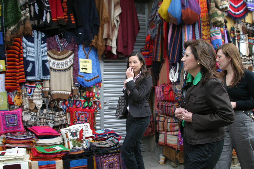 Shopping for Souvenirs |© PROEmbajada de Estados Unidos en Bolivia/Flickr