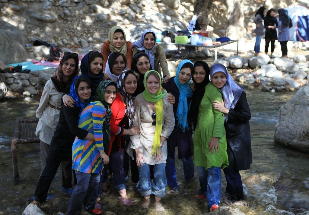 Iranians pose alongside a tourist | © Ninara / Flickr