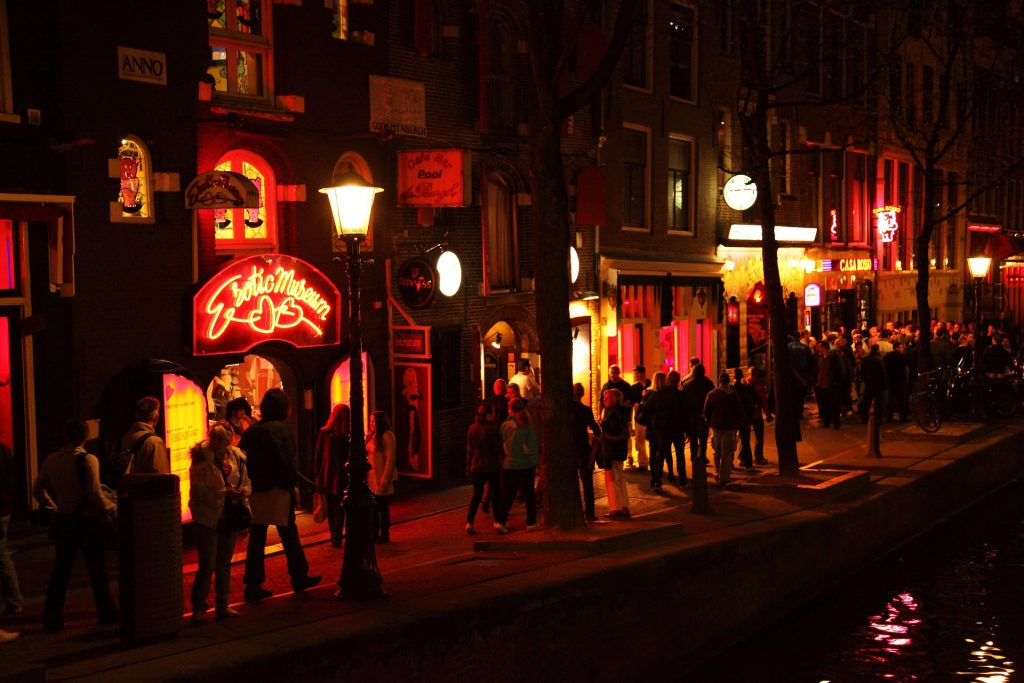 Crowds passing through the Red Light District | © Pixabay