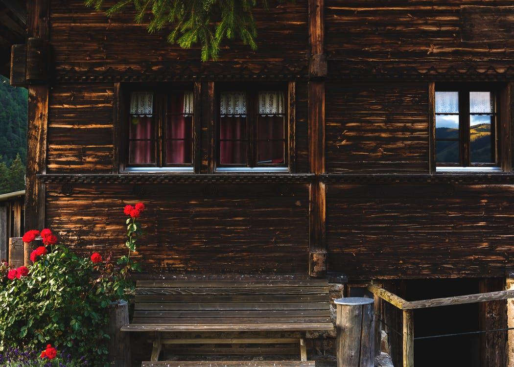 A log cabin in the woods | © Camille/Kmile/Unsplash