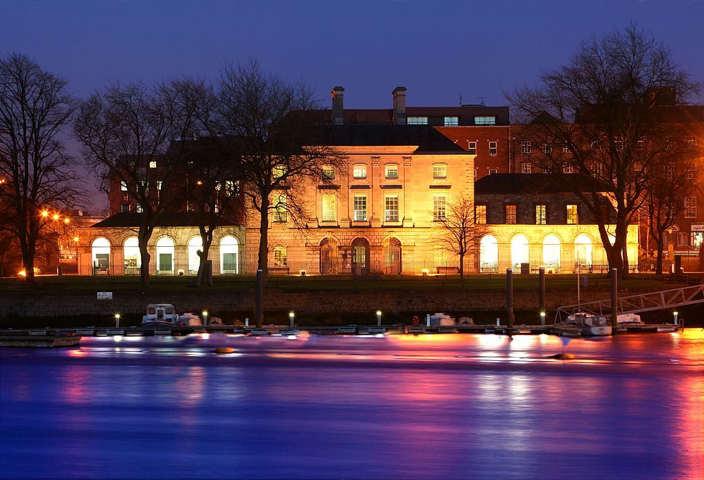 Night time view of the front of the Custom House from Clancy's Strand | © The Hunt Museum/WikiCommons