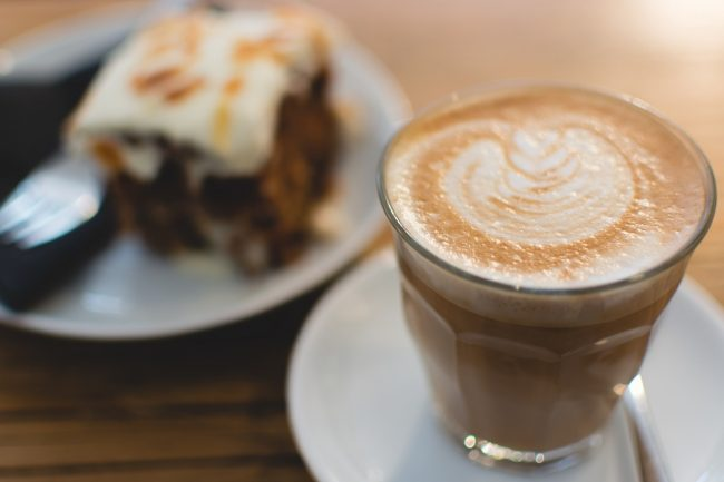 Flat white coffee and a slice of cake | © skeeze/Pixabay