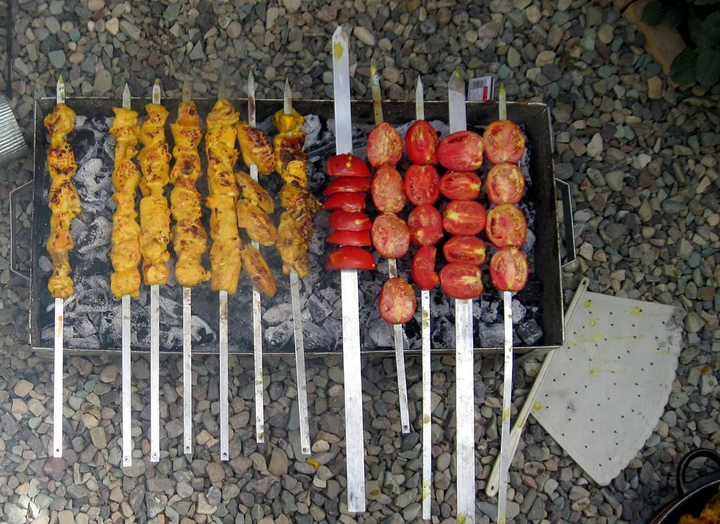 Joojeh kabab with grilled tomato | © Nasser-sadeghi / Wikimedia Commons