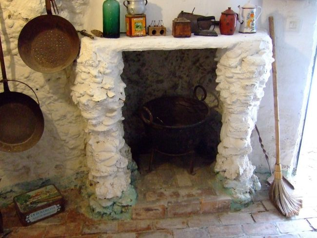 """<a href=""""https://pixabay.com/en/kitchen-cave-sacromonte-granada-255471/"""">Kitchen in a typical cave dwelling in Sacromonte 