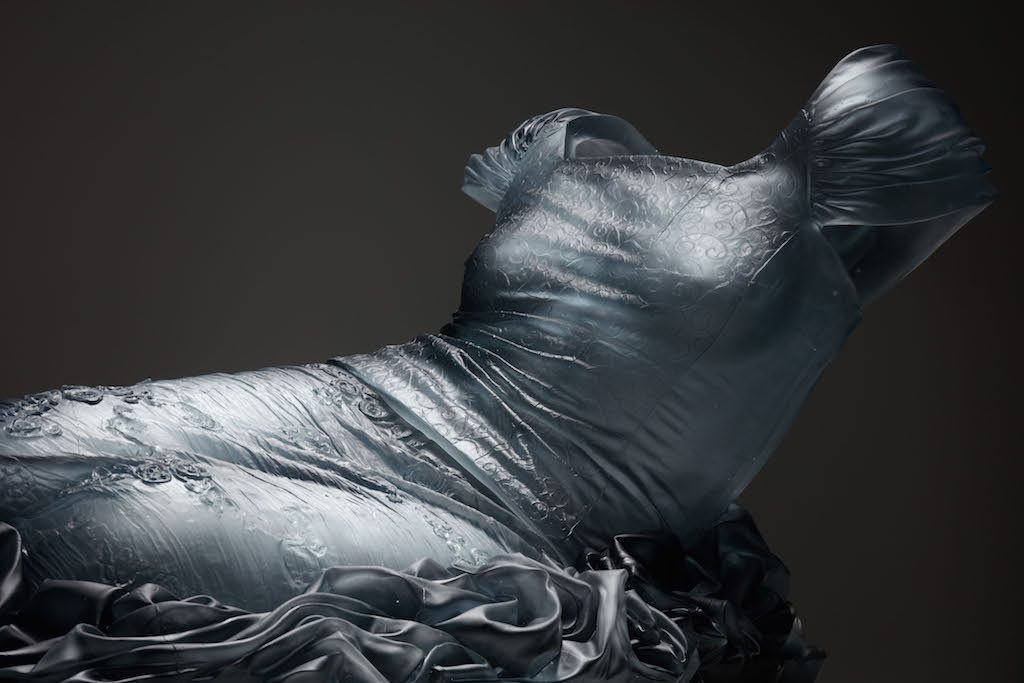 Karen LaMonte, Reclining Nocturne 1 / detail, 2015, cast glass, 55 x 135 x 82 cm, Courtesy Austin Art Projects, Palm Desert, Photo credit: Martin Polak, © Karen LaMonte 2017