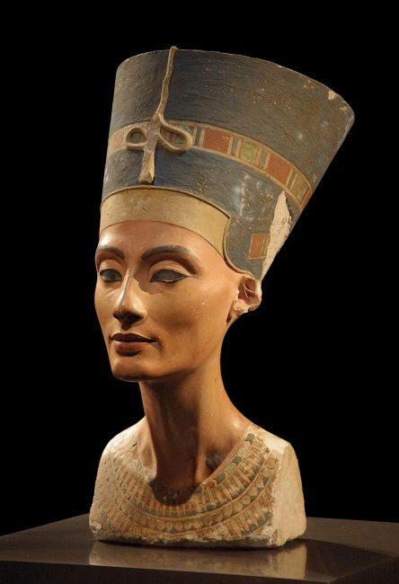 Nefertiti bust in Neues Museum | Thutmose / Wikimedia Commons