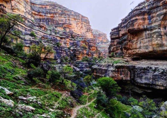 Shirez Valley has layered steps of stone | © Rezazabet / Wikimedia Commons
