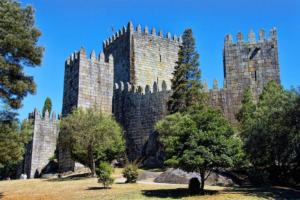 https://commons.wikimedia.org/wiki/File:Guimar%C3%A3es_-_Castelo_de_Guimar%C3%A3es_-_(1).jpg
