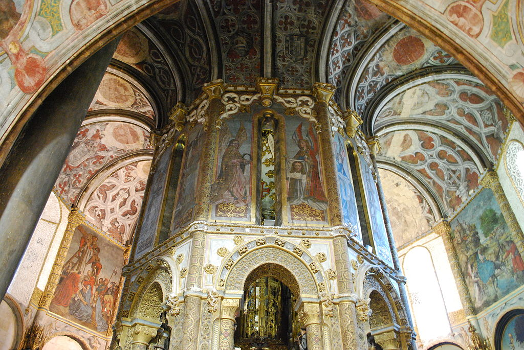 https://commons.wikimedia.org/wiki/File:Tomar_-_Convento_de_Cristo_-_Charola_(4).jpg