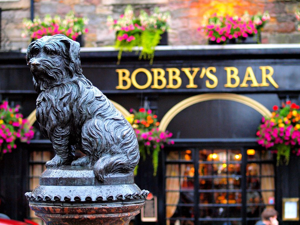 Greyfriars Bobby And Bar In Background | © zoetnet/Flickr
