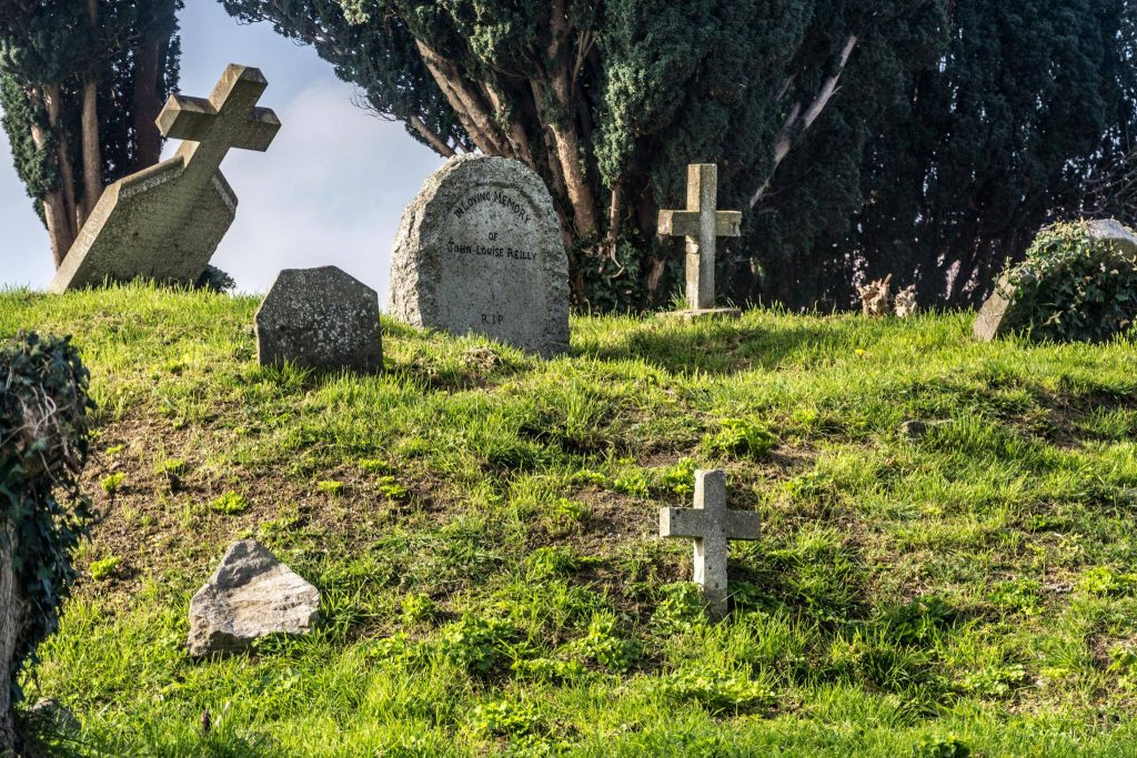St. Nahi's Church Graveyard | © William Murphy/Flickr